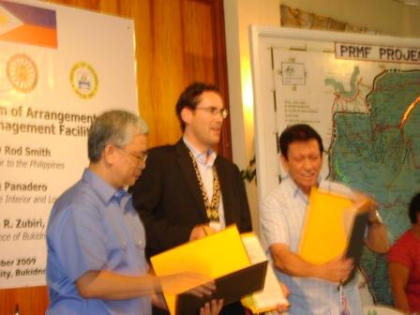 BUKIDNON SIGNING: Australian Ambassador Rod Smith, Governor Jose Ma. Zubiri, Jr. and DILG USEC Austere Panadero show the MOA on the Provincial Road Management Facility (PRMF) after the signing on September 1, 2009 in Bukidnon. (DILG-10)