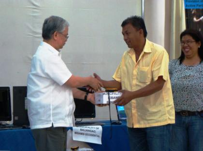 DILG Undersecretary Austere A. Panadero distributes computers and Global Positioning System (GPS) hardware to beneficiary LGUs from regions X and XIII. This is under the MDGF 1919 which was crafted to assist LGUs establish organizational and policy mechanisms meant to facilitate investments in water supply facilities management and expansion as outlined in the President's Program on Water (WSPs). (Jorie C. Valcorza / PIA-10)