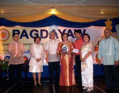 EXCELL AWARDEE. Anilao Mayor Teresa Debuque (4th from left)with DILG Undersecretary Austere Panadero (3rd from left)and Director Evelyn Trompeta after receiving their plaque and cash award for being adjudged as the Best Performing LGU (4th to 6th class municipality category) during the 2009 Excell Award as part of the DILG's Pagdayaw 2009 held in Iloilo City, December 15, 2009. Anilao also went home three special awards. (PIA)