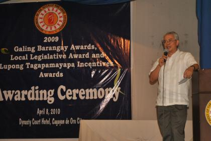 Hon. Austere A. Panadero, DILG Undersecretary for Local Government, commending the awardees during the awarding ceremony of outstanding lupond, councilors and barangays. (DILG)