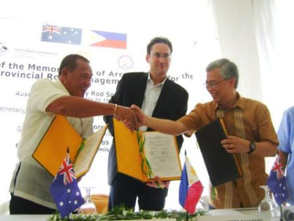 MisOr SIGNING: Australian Ambassador Rod Smith, Governor Oscar Moreno and DILG Undersecretary Austere Panadero show the Memorandum of Agreement (MOA) on Provincial Road Management Facility (PRMF) after the signing on September 2, 2009. (DILG-10)