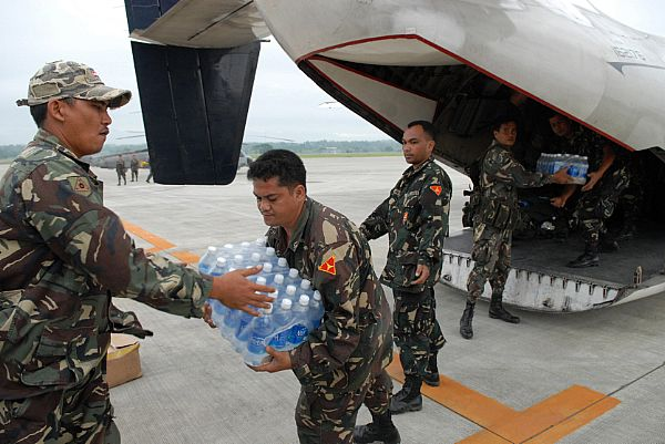 Service members assigned to the Philippine Army load a C-2A Greyhound with supplies from the Nimitz-class aircraft carrier USS Ronald Reagan (CVN 76) at Iloilo Airport. The supplies will be transferred to Kalibo Airport to be distributed to those in need after the wake of Typhoon Fengshen.